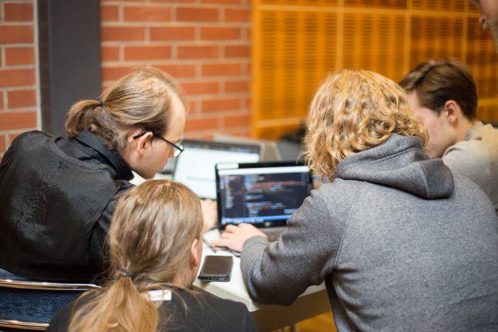 hackathon 6668 700x467 - Koodausta järven rannalla – Atostekin syyspäivän hackathonissa ratkottiin toimiston arkisia ongelmia