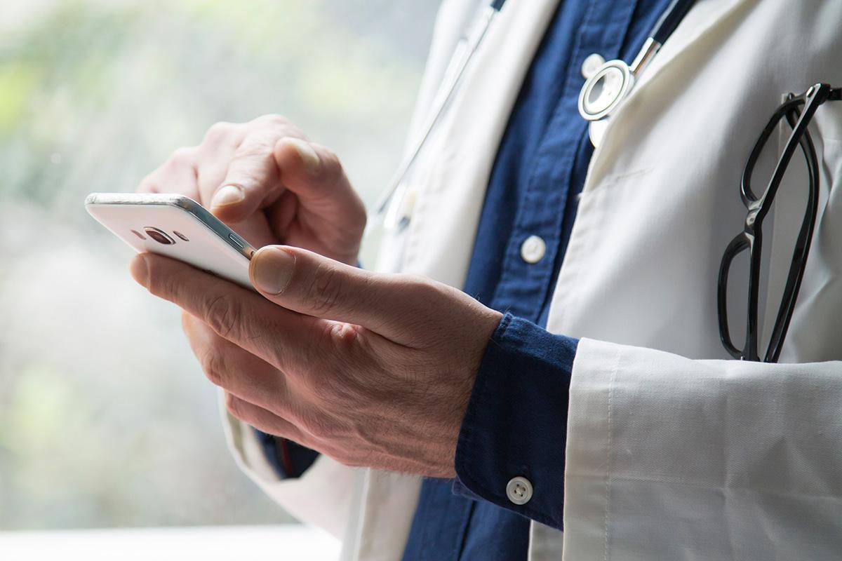 Terveydenhuollon Ammattilainen Käyttää Kännykkää.